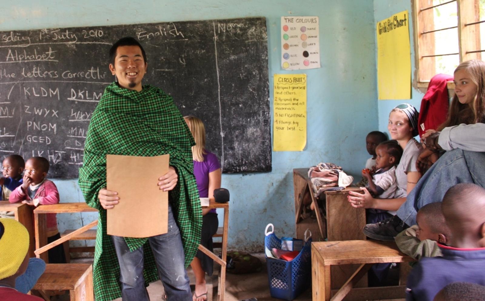 タンザニアの教室で教育活動に努める日本人ボランティア